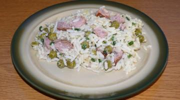 Sałatka z kiełbasy i ryżu, z dodatkiem szczypiorku